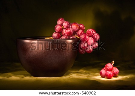 red seedless grapes in black bowl