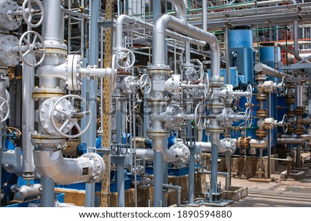 Refinery plant equipment for pipe line oil and gas valves at gas plant pressure safety valve selective Foto stock ©