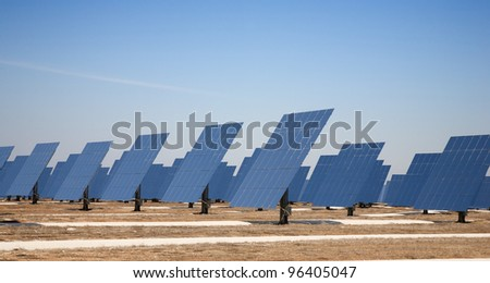 Reflective panels of a solar thermal plant in circular arrangement