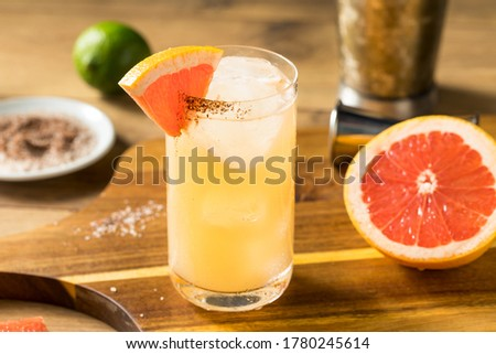 Refreshing Boozy Mezcal Spicy Paloma Cocktail with Grapefruit Foto stock ©