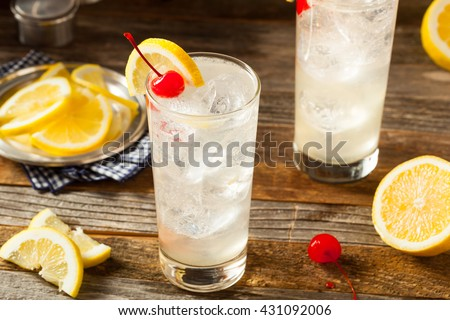 Refreshing Classic Tom Collins Cocktail with a Cherry and Lemon Slice Photo stock ©