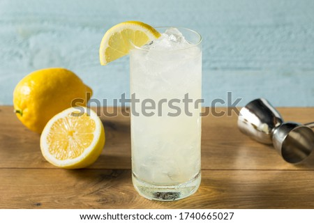 Refreshing Gin Tom Collins Cocktail with Lemon Photo stock ©