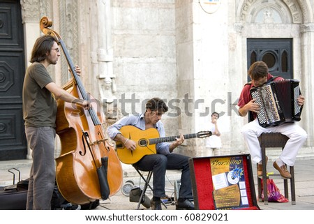 REGGIO, ROMAGNA, ITALY - AUGUST 22: country band perform in the street at Buskers. They are a street artists. the Buskers Fest celebrate its 10th anniversary on August, 2010 in Reggio, Romagna, Italy