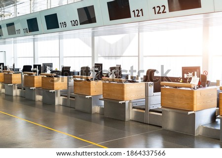 registration empty check-in counter desk closed due to covid pandemic lockdown, cancelled suspended flight. Airways and travel agency bankruptcy at coronavirus Foto stock ©