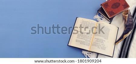 religion image of Prayer book and Shofar (horn) jewish religious symbols. Rosh hashanah (jewish New Year holiday), Shabbat and Yom kippur concept Foto stock ©
