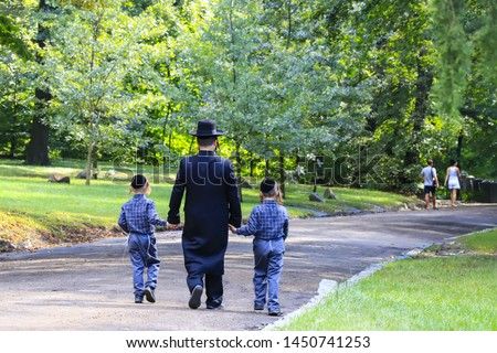 Religious Jew. A family of Hasidic Jews, a man with children, walks through the Autumn Park in Uman, Ukraine, Jewish New Year holiday Foto d'archivio ©