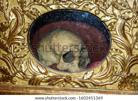 Reliquary containing a Catholic relic in the form of a woman's skull. This is the physical remains of St. Martianne, a saint local to Albi. Albi Cathedral, France, Tarn department of Occitanie Zdjęcia stock ©