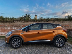 Renault Capture 2020 Orange + Black