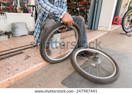 Repairing a flat tire of an bicycle tire