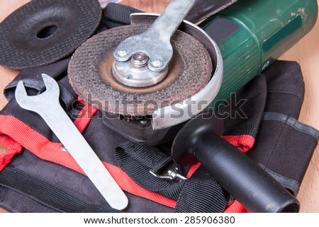 Replacement of the grinding wheel of electric grinder with a help of keys