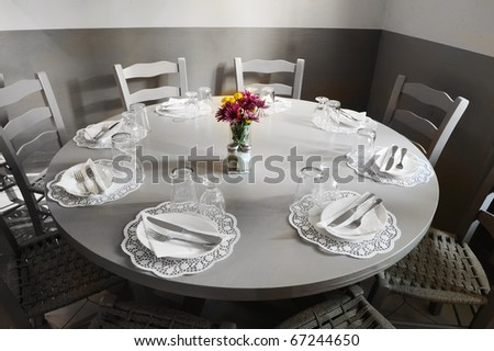 restaurant table rotunda with dinnerware set