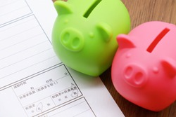 Resume in Japanese. Translation: Commute time, hours, minutes, dependents, non-spouse, spouse, dependents, yes, no. A pair of piggy banks with the image of co-workers.