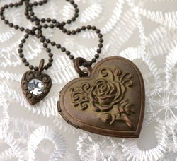 Retro heart pendant with rose motif