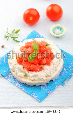 Rice cakes with cottage cheese and tomato