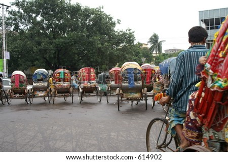 Rickshaws no capital de Bangladeshi de Dhaka