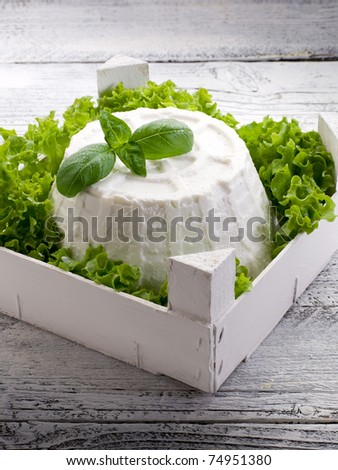 ricotta with basil e lettuce over crate