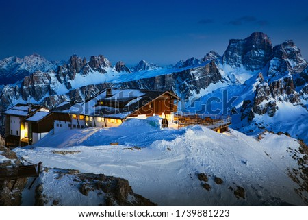 Rifugio Lagazuoi and Cable car station against the background of the Dolomites at sunset. Winter Alps near Cortina d'Ampezzo, Veneto, Italy. Postcard, Falzarego Pass, Dolomiti. Famous observation deck Zdjęcia stock ©