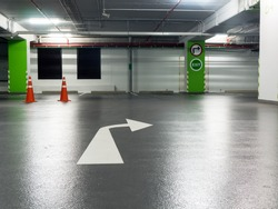 Right turn sign And exit sign Stuck on green pillars and mark the right turn in the parking lot.