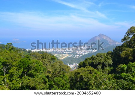 Rio de Janeiro, Brazil - April 20, 2019: View of beautiful city of rio de janeiro from the turn of the Statue of Christ the Redeemer (Cristo Redentor). Foto stock ©
