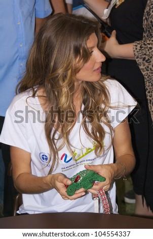 RIO DE JANEIRO - JUNE 04:  Top Model Gisele Bundchen holding an object produced by recyclable materials.  Event Green Nation Fest, June 04, 2012 in Rio de Janeiro, Brazil