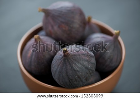 Ripe figs in ceramic bowl, horizontal shot