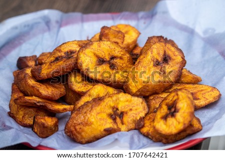 Ripe fried African plantain - local staple food served as meals with sauce or as a side dish in Nigeria, West Africa and other African countries. Deep Fried Nigerian Plantains ready to be served. Foto stock ©