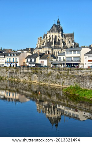 River in the town of Mayenne with Notre-Dame basilica , commune in the Mayenne department in north-western France Photo stock ©
