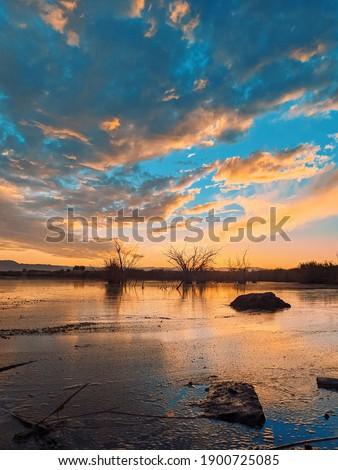 Rivière et coucher de soleil dans une ville du Mexique Foto stock ©