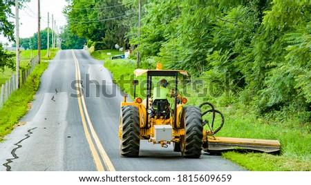 Roadside mowing by county maintenance worker near intercourse, PA. Stockfoto ©
