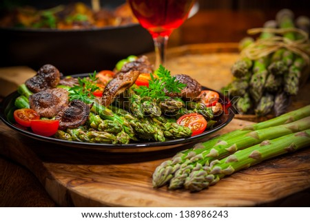 Roasted mushrooms with green asparagus and red wine