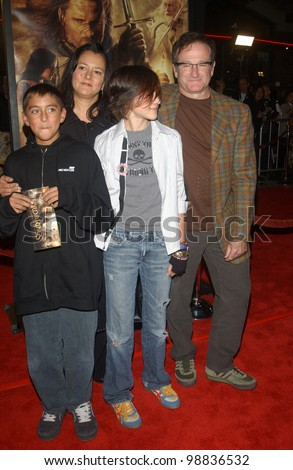 ROBIN WILLIAMS & family at the USA premiere of The Lord of the Rings: The Return of the King, in Los Angeles. December 3, 2003  Paul Smith / Featureflash