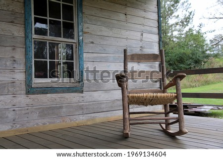 Rocking chair on the porch of an abandoned home in rural Alabama Foto stock ©