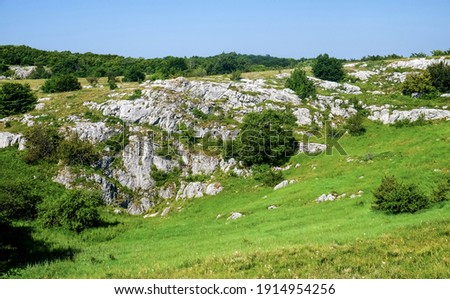 Rocks of the lower plateau of the Chatyr-Dag mountain range in Crimea. Stockfoto ©