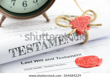 Rolled up scroll of last will and testament fastened with natural brown jute twine hemp rope, sealed with sealing wax and stamped with alphabet letter B. Decorated with an antique clock on a table. Foto stock ©