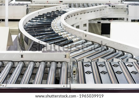 roller conveyor of automatic production line of manufacturing process for transportation material goods or product etc. in industrial ストックフォト ©