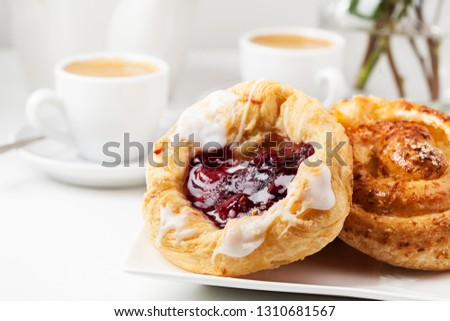 Romantic breakfast setup with Danish pastries and coffee Foto stock ©