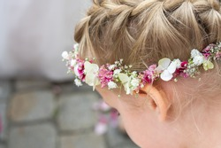 romantic wedding: flower child with floral wreath
