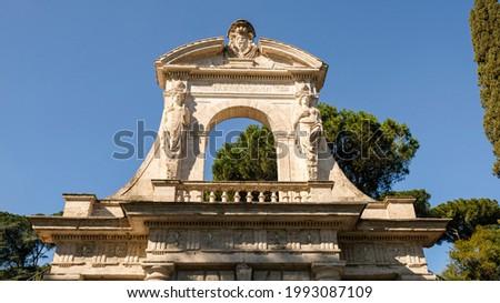 Rome, Parco Archeologico del Colosseo. This is the main gate upper section at Via di San Gregorio. Formerly was the entrance of Orti Farnesiani sul Palatino (Farnese Gardens). Foto d'archivio ©