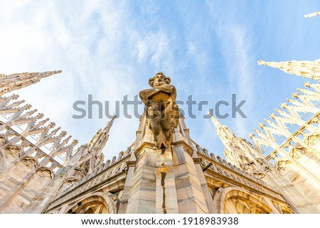 Roof of Milan Cathedral Duomo di Milano with Gothic spires and white marble statues. Top tourist attraction on piazza in Milan, Lombardia, Italy. Wide angle view of old Gothic architecture and art Foto d'archivio ©