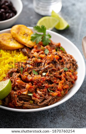 Ropa vieja, traditional flank steak dish with rice, cuban beans and plantains Foto stock ©