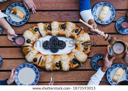 Rosca de reyes or Epiphany cake, Roscon de reyes with traditional mexican chocolate cup Foto stock ©