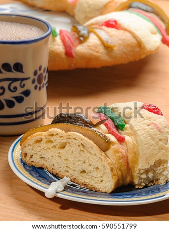 Rosca de reyes with Hot Chocolate cup, Epiphany cake, Kings cake Foto stock ©