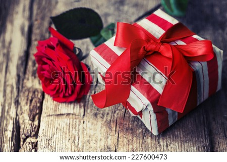 Rose and present gift on wooden background/ Valentines day background