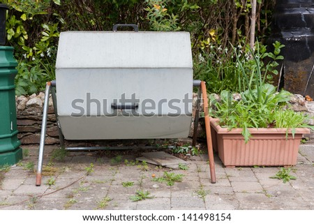 Rotating metal closed composter