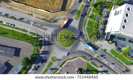 Shutterstock Rotonda de Ciudad Empresarial en Santiago de Chile con transporte público.