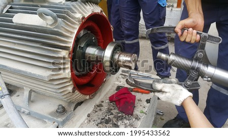 Rotor shaft and bearing for electric motor , Overhaul electric motor and change new bearing for electric motor onsite service ストックフォト ©