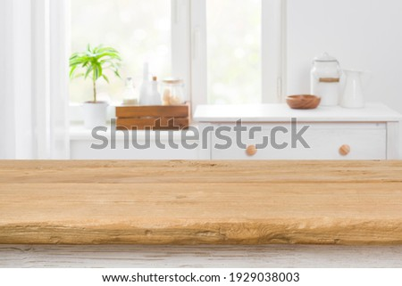 Rough texture table for product display before blurred kitchen window Foto stock ©
