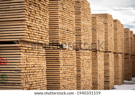 Rough 2x4 spruce and pine SPF lumber piled at a sawmill Foto stock ©