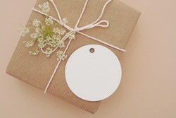 Round empty gift tag mock up, wedding favor, product tag mockup, blank paper label on gift box.