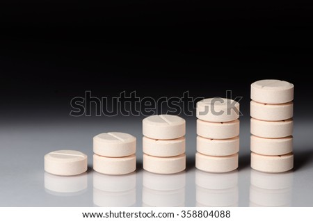 Round Pills Stacked in a Row - Dosage Concept Stockfoto ©